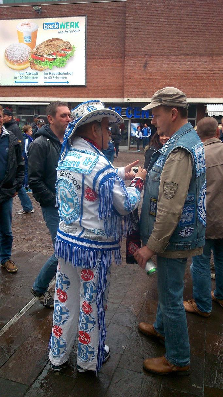 Schalke-Fan am Hauptbahnhof Gelsenkirchen