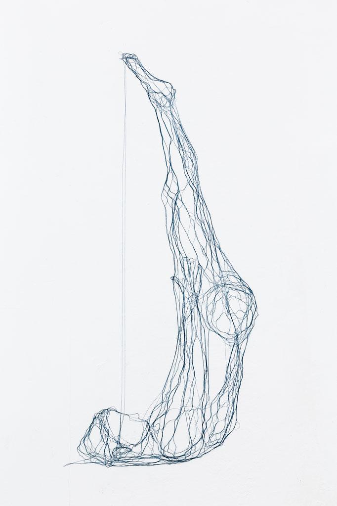 Kopf bis Fuß, 2014, Garn, Netz auf Acrylglas, 145 x 65 cm