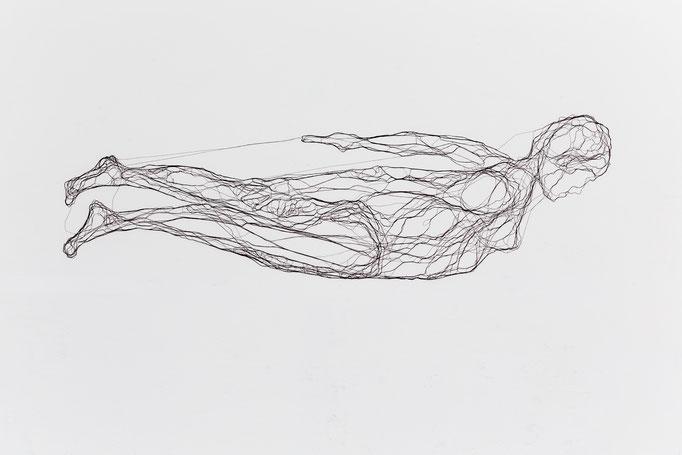 Schwimmerin, 2014, Garn, Netz auf Acrylglas, 65 x 145 cm