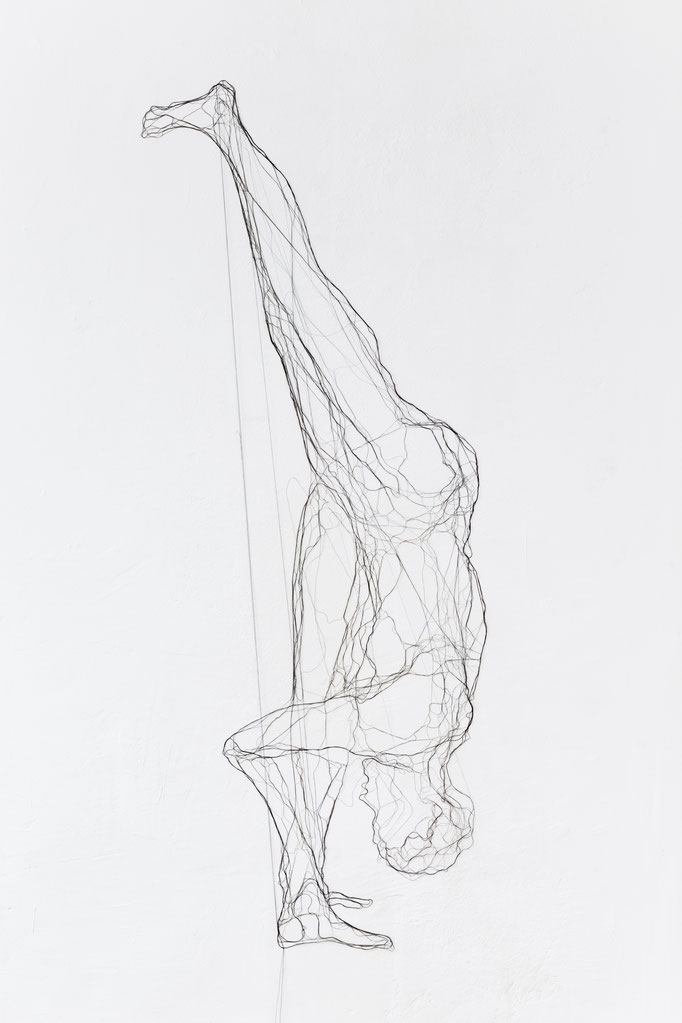Großer Spagat, 2014, Garn, Netz auf Acrylglas,, 160 x 84 cm