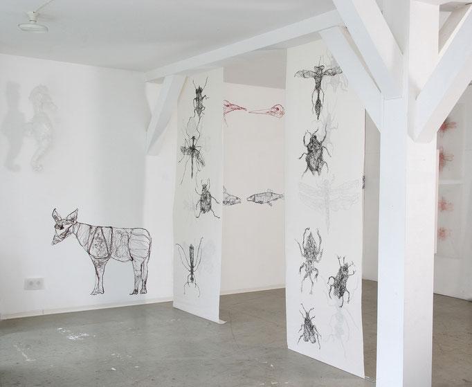 Ausstellungsansicht: Spielfiguren & Lebewesen, 2010-2011, imprägnierte Nähseide auf Beton und Papierbahn