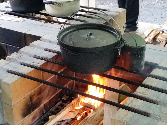 ダッチオーブンでカレー作り