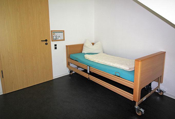 Rollstuhlfahrerzimmer mit Bett