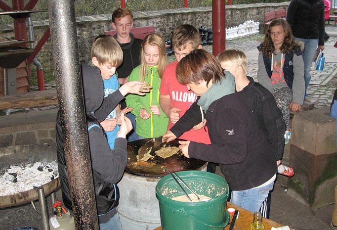 Gruppenkochen an der Grillstelle