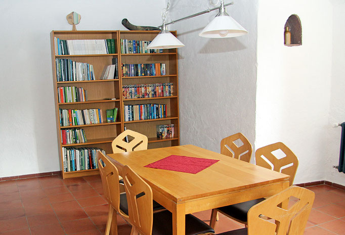 Tischgruppe mit Bücherschrank