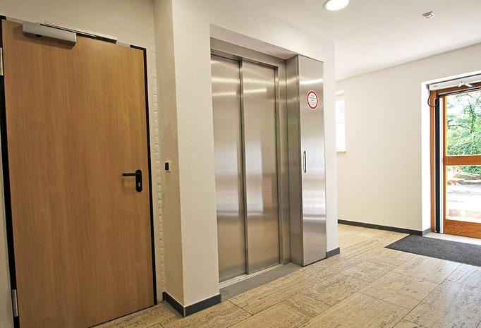 Aufzug im Verbinderbau