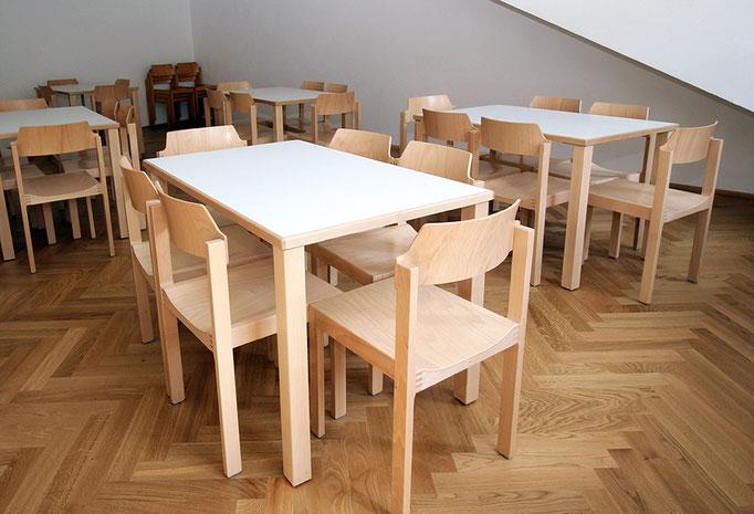 Unterfahrbare Tische im Tagesraum