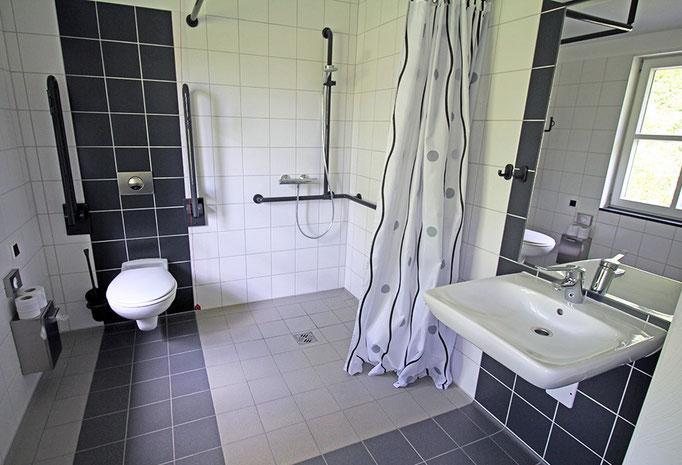 Bad im Rollstuhlfahrerzimmer
