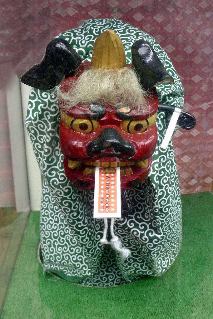 Ein japanischer Glücksbringer Automat im Tempel