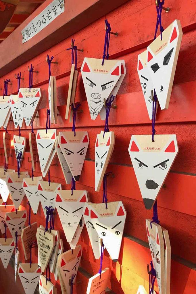 Fuchs Omamori japanische Glücksbringer am Fushimi Inari Schrein Kyoto