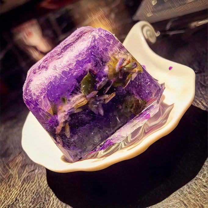 Gewürz-Eiswürfel  für den Gin in der C-Shell Bar Tokio