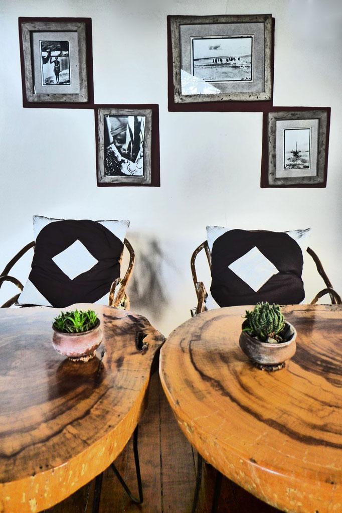 Rustikal und gemütlich die Bar-Lounge der Karama Lodge Arusha