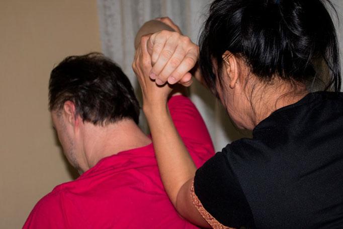 Mit gezielten Handgriffen werden tief sitzende Verspannungen gelöst - Thai Massage bei Tabandu in Mainz