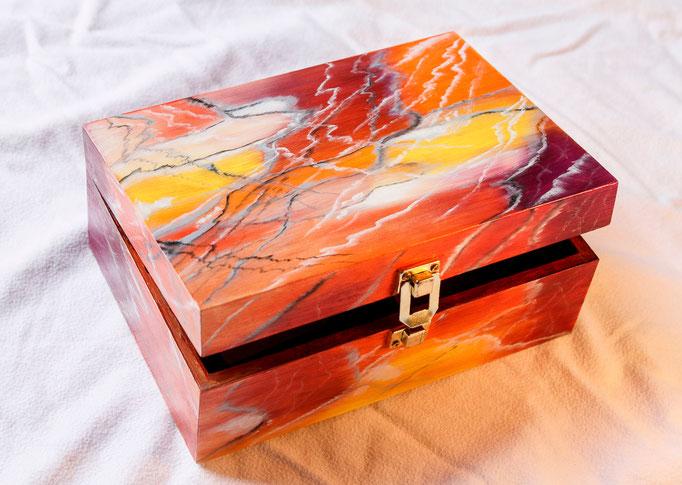 Boite en bois peint (L 20cm x l 14cm x h 8cm)