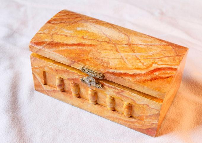 Boite en bois peint (L 16cm x l 8cm x h 7cm)