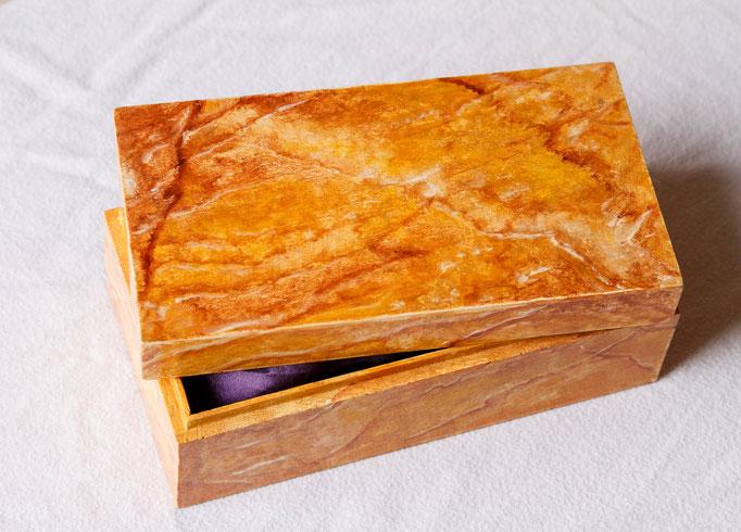 Boite en bois peint (L 16,5cm x l 9cm x h 6,5cm)
