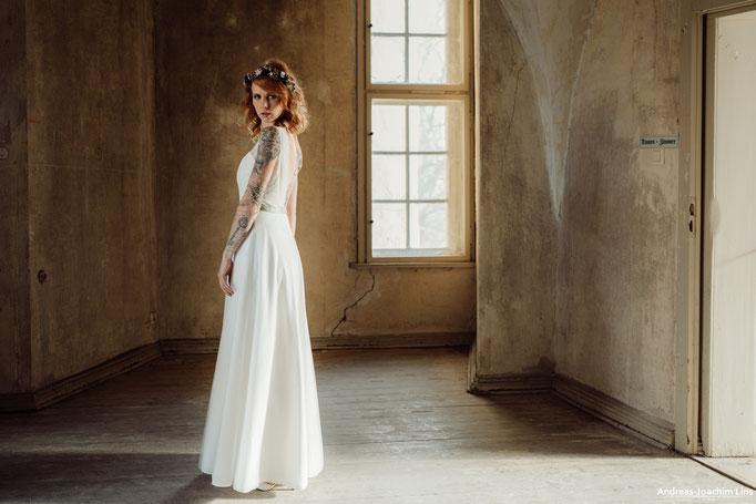 """""""Yumi"""" - schlichtes Brautkleid mit Spitze und tiefem Rückenausschnitt"""