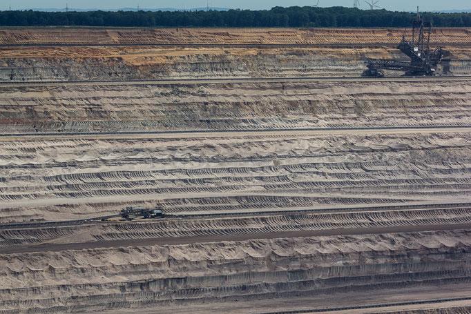 Viele Schichten Sand und Erde werden abgetragen, bevor die Kohle erreicht wird