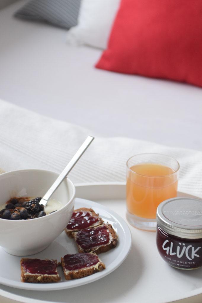 Eine tolle Idee für das Frühstück im Bett am Sonntag. Mit Glück Marmelade.