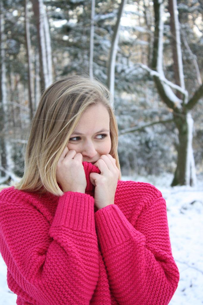 Schneespaziergang mit pinken Kuschelpullover von H&M in weißer Schneelandschaft.