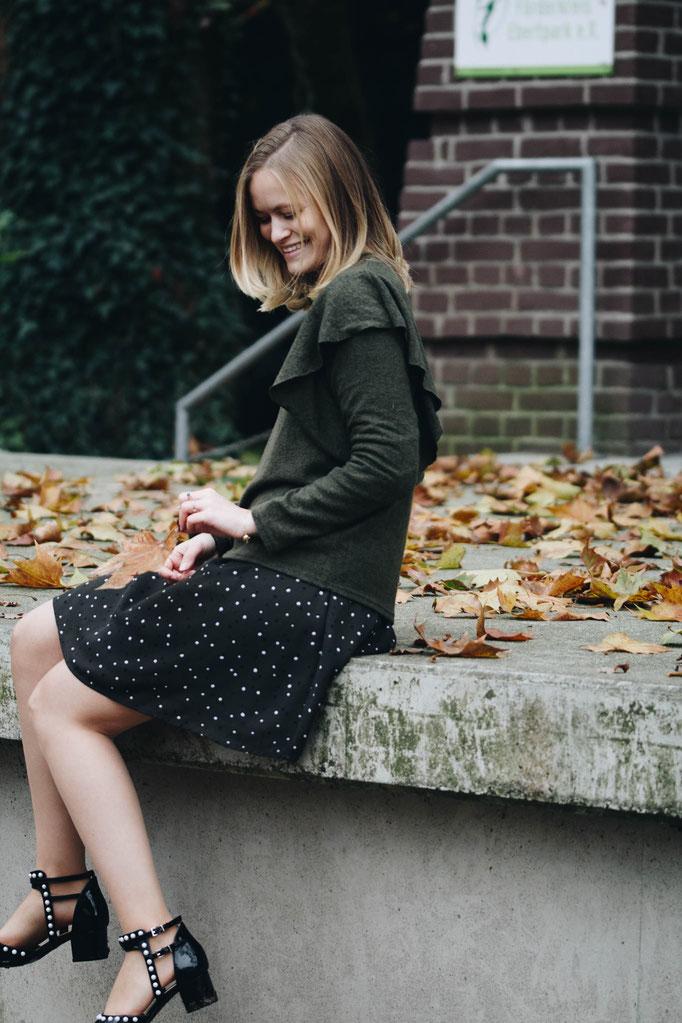 Es weihnachtet sehr - mit dunkelgrünen Kleidungsstücken und Seidenstrumpfhosen von FALKE.