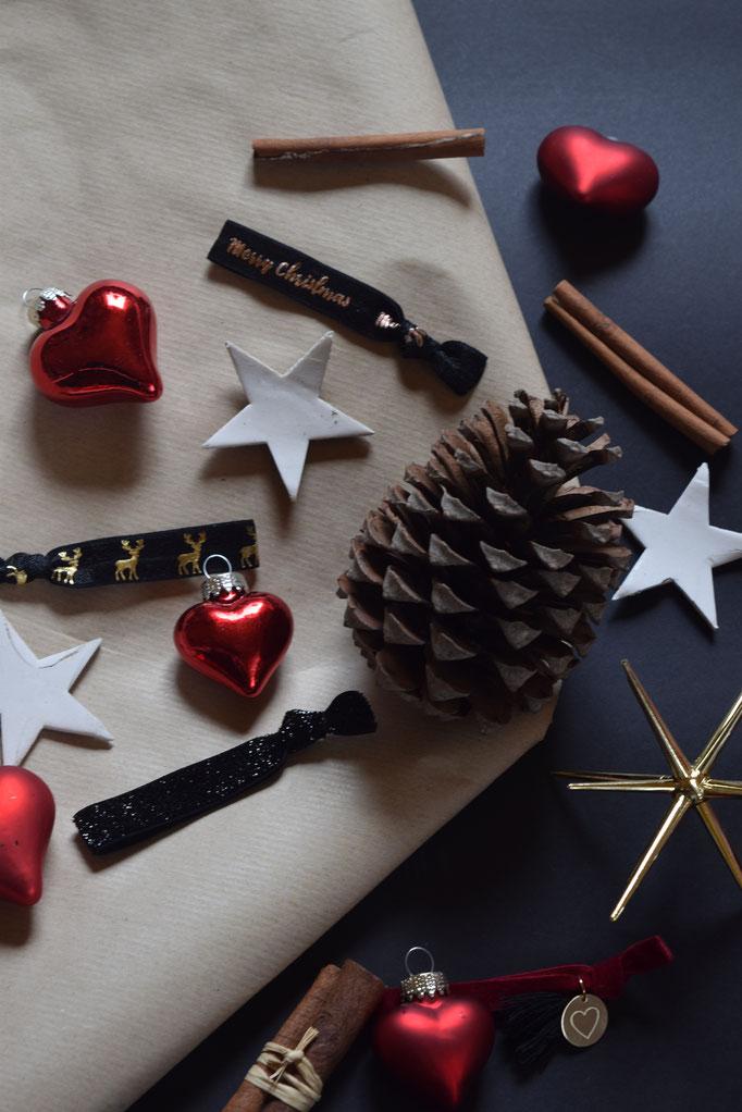Weihnachtlich eingepackte Geschenke und die schönsten Armbänder von PURELEI.