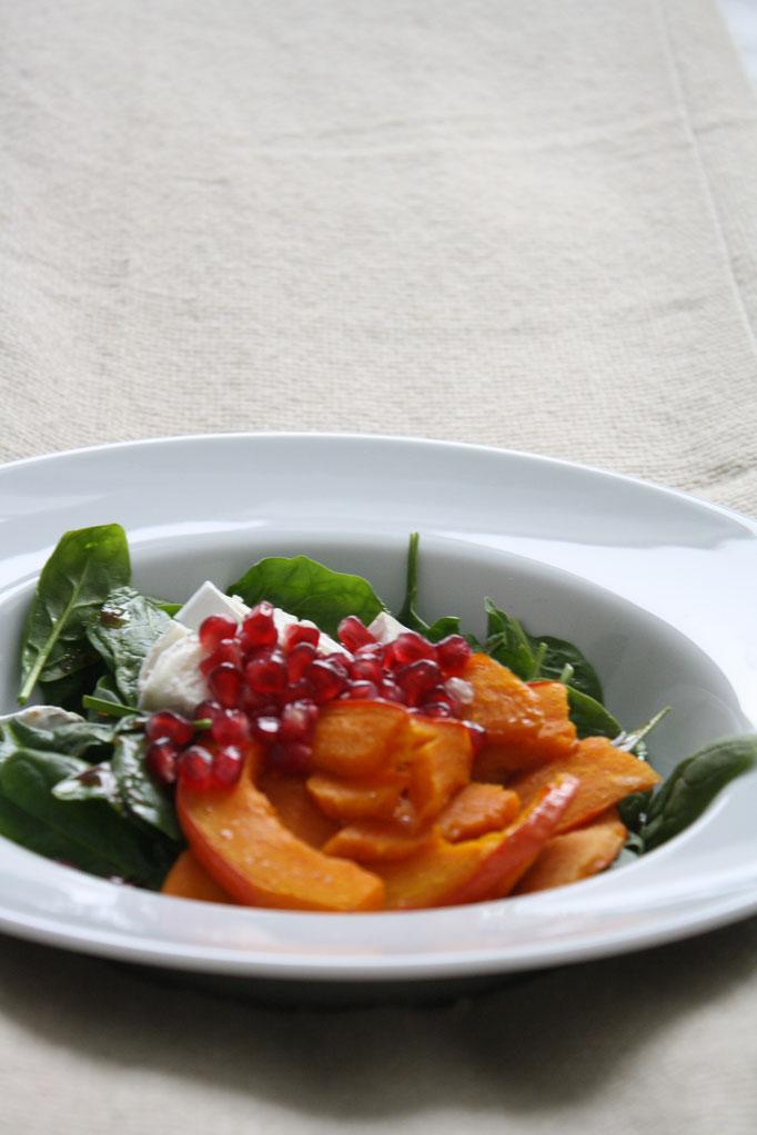 Eine leckere, winterliche Pumpkinbowl mit Kürbis, Spinat, Ziegenkäse und Granatapfel.