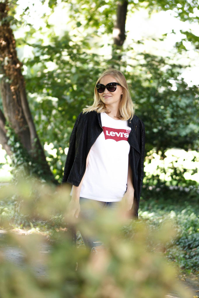 Stylisches Outfit mit Levi's Logoshirt.