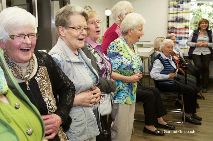 """""""Hoho, haha, hoho, haha"""", mit diesen Worten stimmten sich die Kiersper und Rönsahler Landfrauen ein für einen wahrhaft lachhaften Nachmittag."""