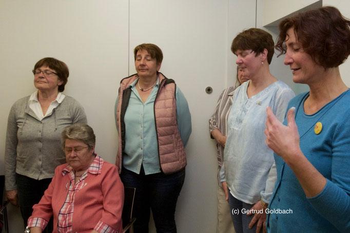 Die Augen geschlossen und in sich gekehrt, so wärmten sich die Landfrauen für ihre Lachyogastunden mit der Referentin Diana Schmitz (rechts) auf.