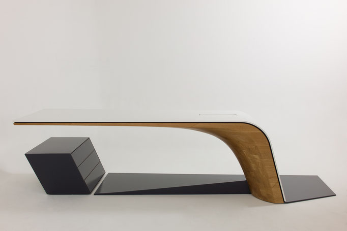 Sliding desk Original, Grundkörper Eiche massiv, Tischplatte Mineralwerkstoff weiß