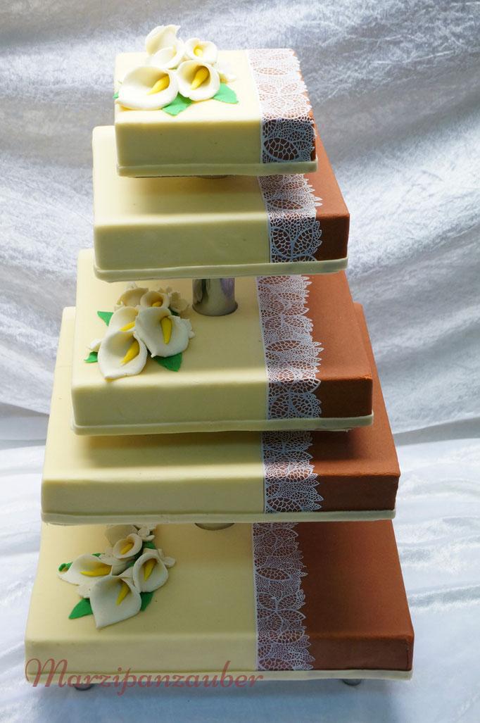 Mehrstöckige quadratische Hochzeitstorte, Etagere mit kurzen und langen Abständen, Marzipan, Marzipandecke, Marzipanrosen, Zuckerspitze