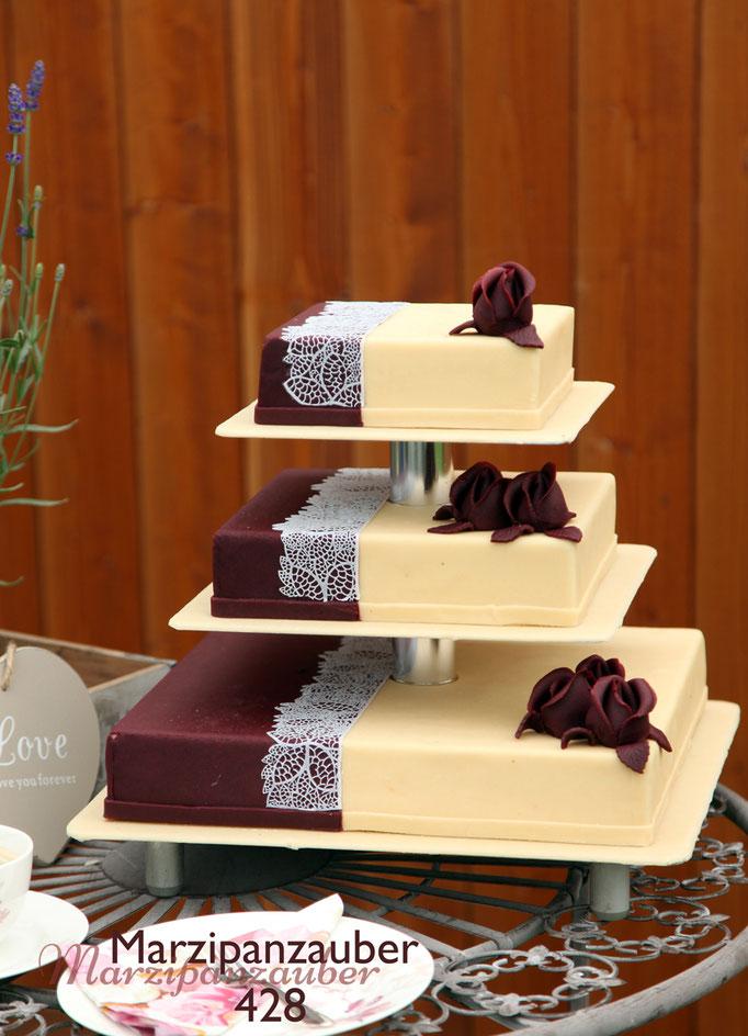 3 stöckige quadratische Hochzeitstorte, Etagere mit kurzen Abständen, Marzipan, Marzipandecke, Marzipanrosen, Zuckerspitze