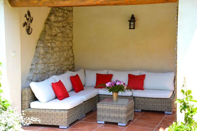 Salon d'extérieur avec vue sur le jardin et la piscine - Chambre d'hôtes Provence