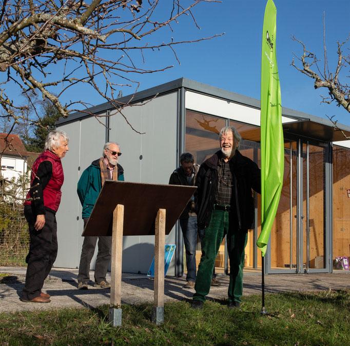 Die Schilder stehen: Marianne, Tim u. Wolfgang (v.l.) sind zufrieden. Foto: Heide Ley-Walitza