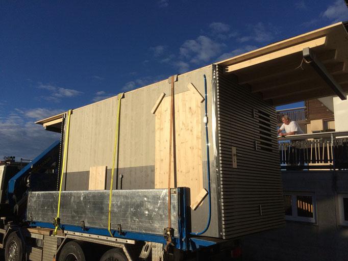 Wohnwagenanbau wird transportfertig gemacht