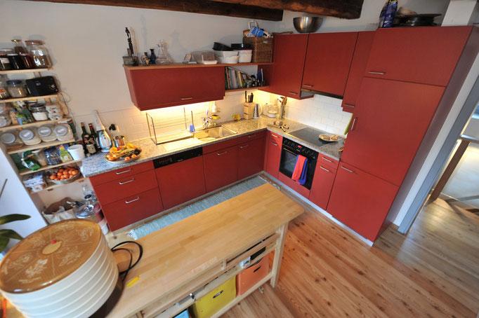 Cucina con pavimento in legno di larice