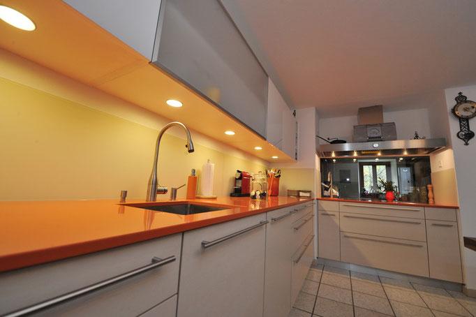 Cucina con pensili a vetrina