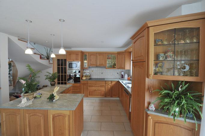 Cucina in legno di castagno, vetrina con vetro piombato