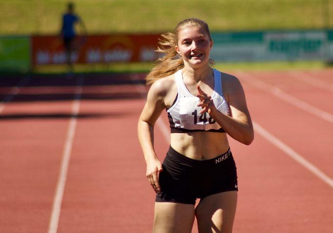 Romana Albrecht beim 200m Lauf - 27,28 sec - Platz 2