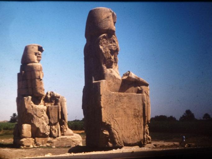 Colosos de Memnon en Luxor,estatuas de Amenhotep III que adornaban la fachada de su templo hoy desaparecido