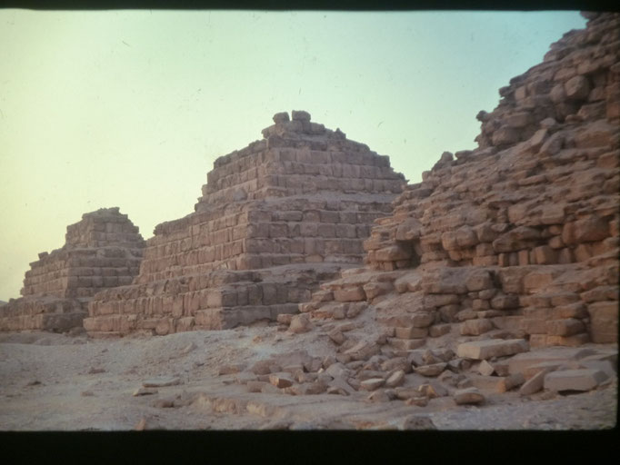 Piramides satelites de la piramide de Micerino, El Cairo.