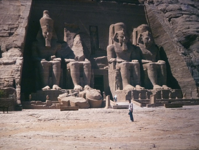 Frente al templo de ramses II en abu Simbel.