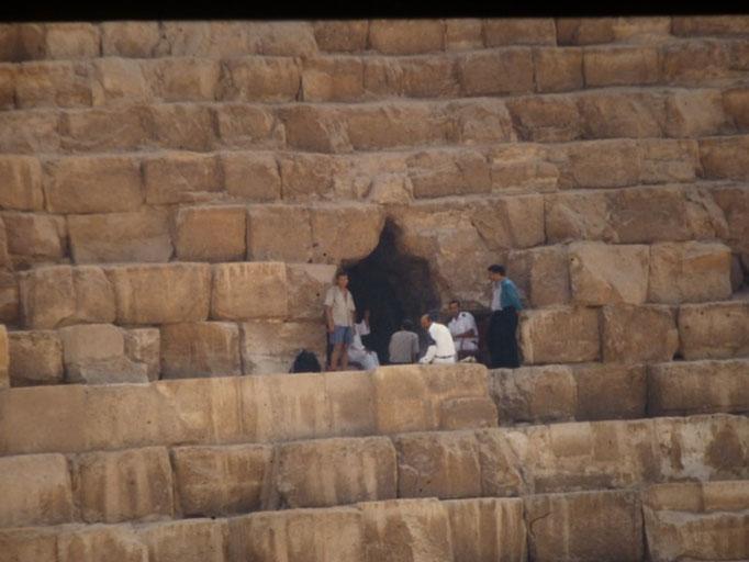 Con los guardias frente a la entrada actual de la piramide de Keops,Giza, El Cairo.