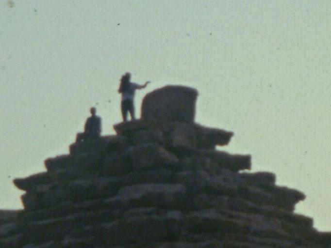 Aqui sobre una de las piramides satelites de la piramide de Micerino en Giza,filmando a Gaby qhe toma la foto.