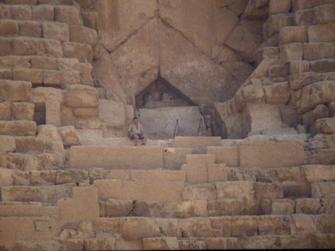 Aqui me veo muy pequeño frente a la entrada original de la Gran piramide de Keops