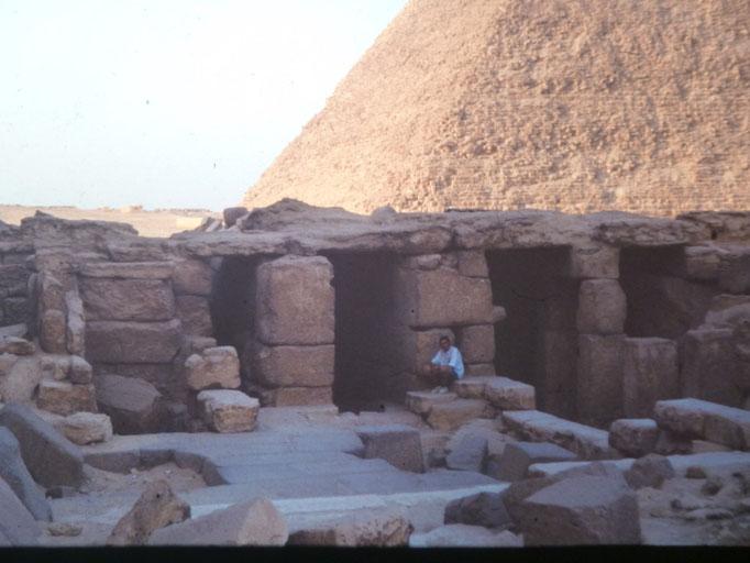 Aqui en el templo mortuorio de la piramide de Micerino,Giza, El Cairo.