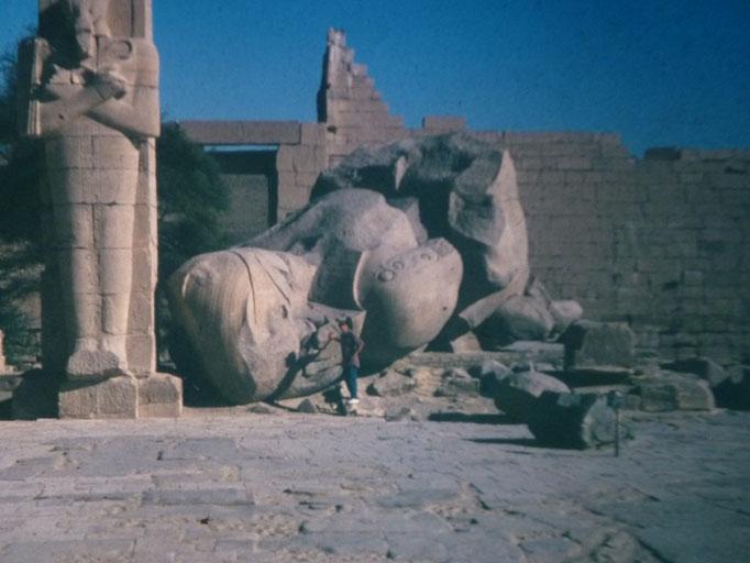 Youy pequeño junto a la estatua derrumbada de Ramses II en El Rameseum, Luxor.