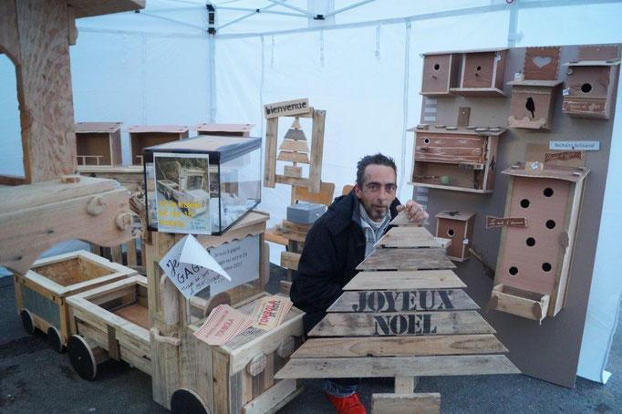 100% palette. A Crézancy, Hervé Verhegge fabrique meubles et objets de décoration avec du bois de récupération.