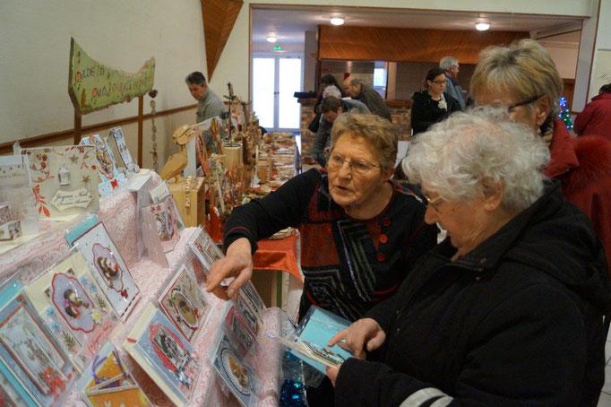 A gauche : Yvette Diouy, de Dhuys-et-Morin-en-Brie, crée toutes sortes de cartes événementielles.